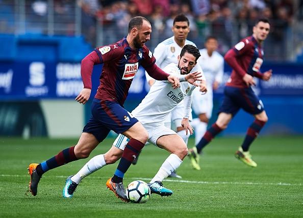Eibar 1-2 Real Madrid: Ronaldo toa sang voi cu dup hinh anh 11