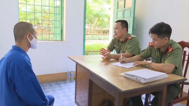 Công an lấy lời khai nhóm thanh niên tổ chức đưa người Trung Quốc nhập cảnh trái phép. Ảnh: Công an Quảng Ninh.