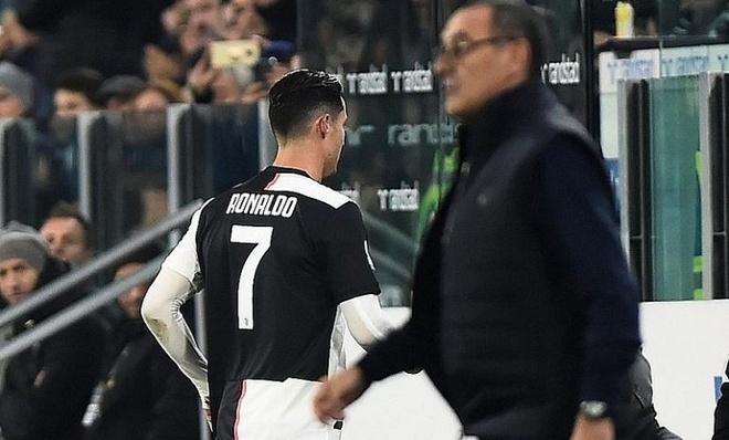 Ronaldo moi dong doi tai Juventus di an toi de xin loi hinh anh 1