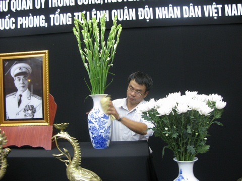 Nguoi dan duoc vao vieng mo Dai tuong sau le tang hinh anh