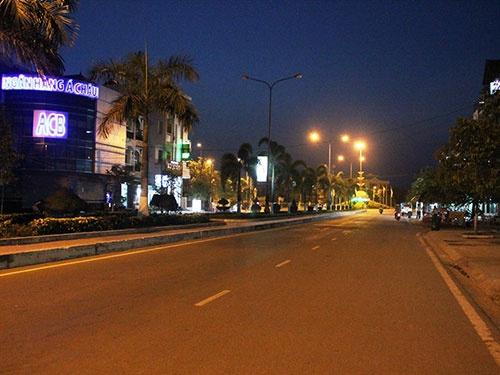 Dau dau vi nan rach mong hinh anh 1 Tin đồn về nạn rạch mông khiến tuyến đường chính của thị xã Ninh Hòa vắng hoe dù chỉ mới 18h.