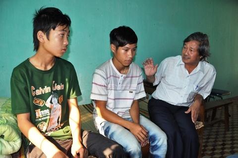Cuoc dao thoat ly ky cua 2 phu vang tre con hinh anh 2 Ông Nguyễn Thế Anh, Phó Giám đốc Trung tâm tận tình thăm hỏi và động viên các em trong những ngày được chăm sóc tại Trung tâm sau khi được giải thoát.