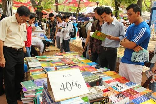 Thue sach thoi so hoa hinh anh 1 Sinh viên tận dụng thời cơ mua sách giá rẻ trong những ngày hội sách giảm giá sâu.