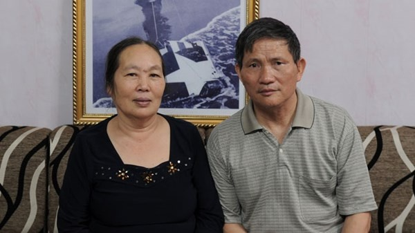 """Nguoi phu nu trong buc anh noi tieng hinh anh 3 Vợ chồng bác Phạm Quang Tiến và Hà Thị Nhiên bên bức ảnh """"Sự trừng phạt đích đáng"""" tại nhà riêng."""