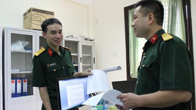 Hai si quan Viet xuat ngoai gin giu hoa binh hinh anh 1 Trung tá Trần Nam Ngạn (trái) trao đổi với một cán bộ của Trung tâm Gìn giữ hòa bình Việt Nam.