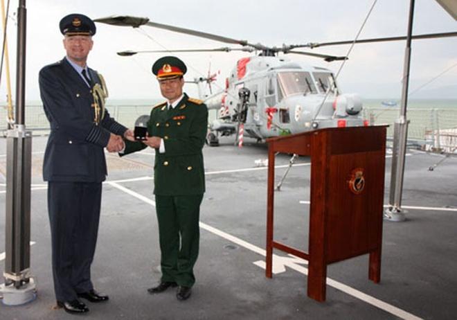 Hai si quan Viet xuat ngoai gin giu hoa binh hinh anh 2 Trung tá Mạc Đức Trọng (phải) trong một chuyến công tác nước ngoài - Ảnh nhân vật cung cấp.