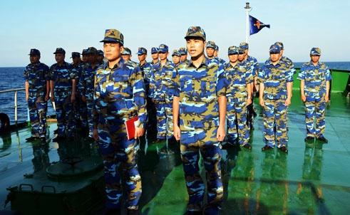 Những người lính cảnh sát biển trên tàu 8003 tập trung chào cờ ở boong hậu.