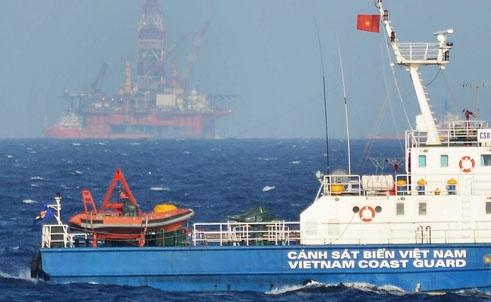 Tàu của Cảnh sát biển Việt Nam tiến gần hơn đến khu vực Trung Quốc hạ đặt giàn khoan.