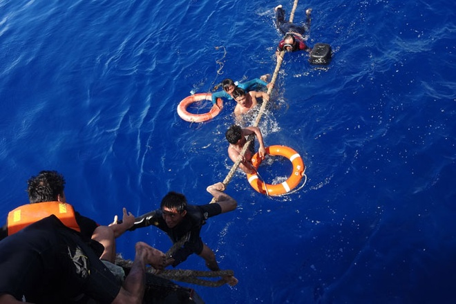 18 gio kinh hoang tren bien cua ngu dan tau chay hinh anh 2 Các ngư dân tàu QNg 96084 bị nạn được tàu HP17 cứu sống và kéo vào bờ.