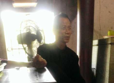 Phien da mang hinh san phu lam bon o ngoi den co hinh anh 3 Thủ nhang đền Sinh đang kể chuyện Đức Thánh Hạo Thiên Phi Bồng được sinh ra từ phiến đá.