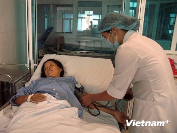 Bác sỹ cấp cứu cho một phụ nữ đang mang thai bị ngộ độc.
