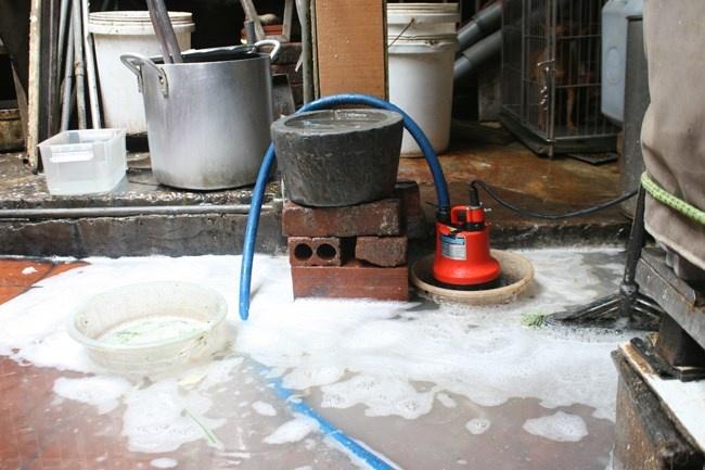 Các hộ dân phải sử dụng máy bơm để đẩy nước thải ra ngoài.