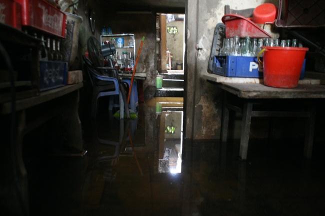 Căn nhà bà Nguyễn Thị Chung bị ngập nước bể phốt và bốc mùi hôi thối nồng nặc.
