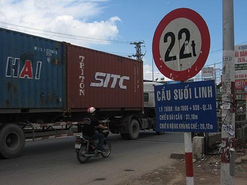 Cầu Suối Linh nằm trên Quốc lộ 1 (tỉnh Đồng Nai) ghi tải trọng giới hạn 22 tấn trong khi tải trọng mặt đường theo quy định chịu lực 30 tấn.