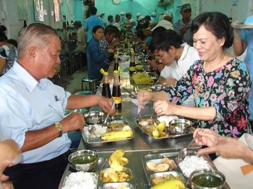 Phu nhan Chu tich nuoc an com 2.000 cung voi nguoi ngheo hinh anh