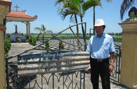 Dai gia Nam Dinh di 'gom' hai cot mo coi hinh anh 2 Ông Lâm Văn Tuyến, người hàng chục năm treo biển thông báo nhận mộ mồ côi.