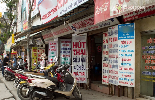 Quang cao 'pha thai bang ong sieu dan' hinh anh 1 Nhiều phòng khám đa khoa tư nhân đưa ra chương trình khuyến mãi, ưu đãi, tri ân được đưa ra thường xuyên để hút khách hàng.