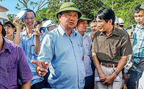 Bộ trưởng Đinh La Thăng nhắc nhở đại diện nhà thầu, đơn vị thi công, chính quyền địa phương tại công trình hầm đường bộ đèo Phú Gia (huyện Phú Lộc, Thừa Thiên - Huế).
