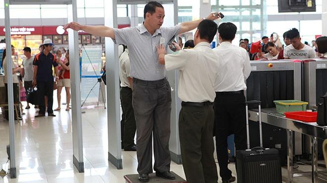 Cuc truong Hang khong: 'Di may bay van an toan nhat' hinh anh 1 Sau khi liên tiếp xảy ra các vụ tai nạn hàng không trên thế giới, Cục Hàng không Việt Nam đã tăng cường kiểm soát an ninh. Trong ảnh: kiểm tra an ninh trước khi lên máy bay tại sân bay quốc tế Nội Bài.