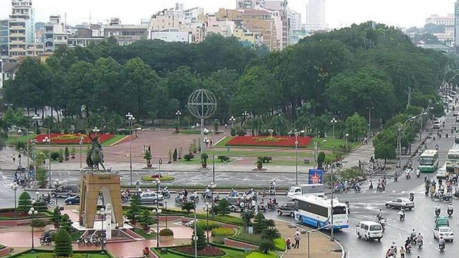 Bung, don them 57 cay xanh de xay nha ga trung tam Ben Thanh hinh anh 1 Mảng xanh tại công viên 23-9 trước chợ Bến Thành, nơi dự kiến xây dựng nhà ga trung tâm Bến Thành.