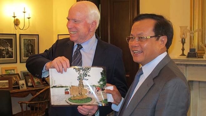 Cuoc gap dac biet Pham Quang Nghi - John McCain hinh anh