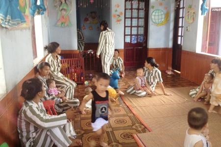 Nha tre dac biet trong trai giam hinh anh 2 Trong giấy khai sinh của các cháu thì mẹ đứng tên, không dính líu gì đến trại giam Phú Sơn 4.