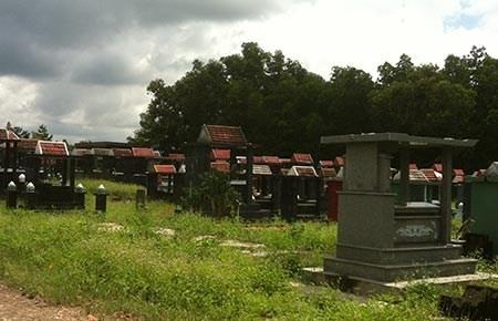 Người dân đưa người thân vào an táng tại Nghĩa trang thị xã Đồng Xoài sẽ không được lựa chọn cơ sở xây mộ.