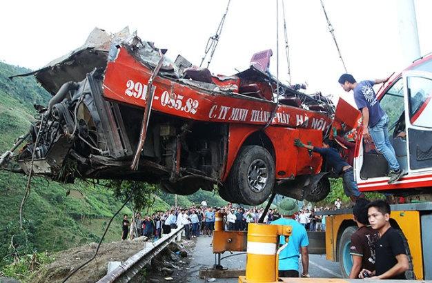 Phai co ket luan vu tai nan Lao Cai truoc ngay 20/9 hinh anh 1 Sau gần 10 giờ cứu hộ, đến 18g ngày 3-9 chiếc xe khách gặp nạn đã được đưa lên mặt đường quốc lộ 4D, huyện Bát Xát, Lào Cai.