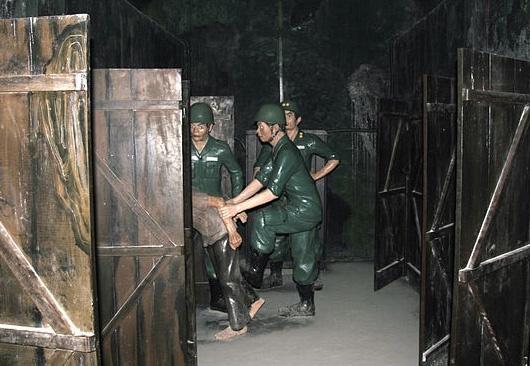 Nha giam Chin Ham: Quan tai chon nhung nguoi dang song hinh anh