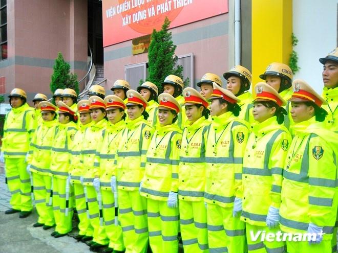 Ao mua phan quang cua Canh sat giao thong Ha Noi hinh anh 1 Bắt đầu từ ngày 19/9, lực lượng cảnh sát giao thông Thủ đô Hà Nội sẽ được trang bị mẫu áo mưa mới.