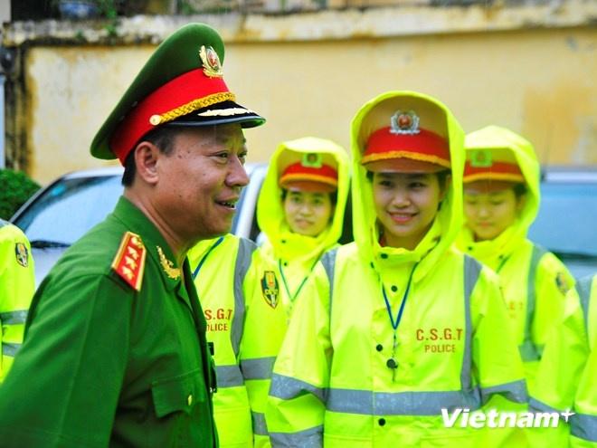 Ao mua phan quang cua Canh sat giao thong Ha Noi hinh anh 7 Thượng tướng Lê Quý Vương - Ủy viên ban chấp hành Trung ương Đảng cũng có mắt trong buổi ra mắt trang phục áo mưa mới.
