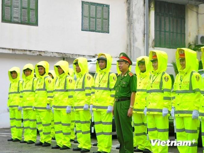 Ao mua phan quang cua Canh sat giao thong Ha Noi hinh anh 8 Cuối buổi ra mắt, Thượng tướng chụp ảnh lưu niệm cùng các chiến sĩ.