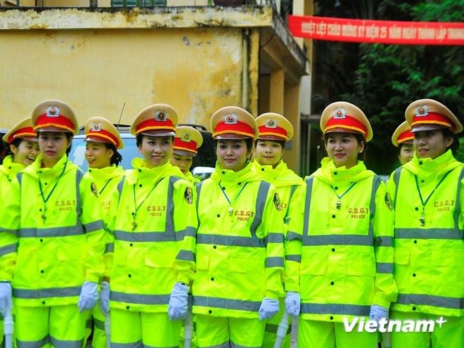 Ao mua phan quang cua Canh sat giao thong Ha Noi hinh anh 2 Các nữ chiến sĩ cảnh sát giao thông tỏ ra khá thích thú với trang phục áo mưa mới này.