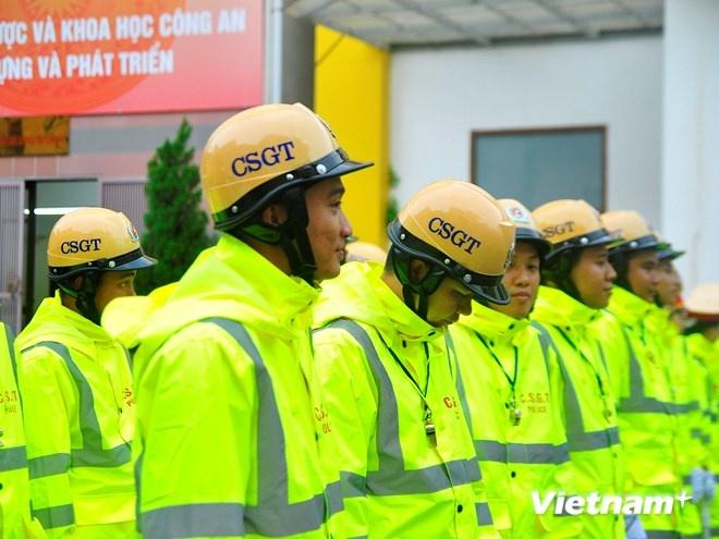 Ao mua phan quang cua Canh sat giao thong Ha Noi hinh anh 4 Ban giám đốc Công an thành phố đã đồng ý để phòng cảnh sát giao thông trang bị trang phục áo mưa mới, được cải tiến nhiều hơn.