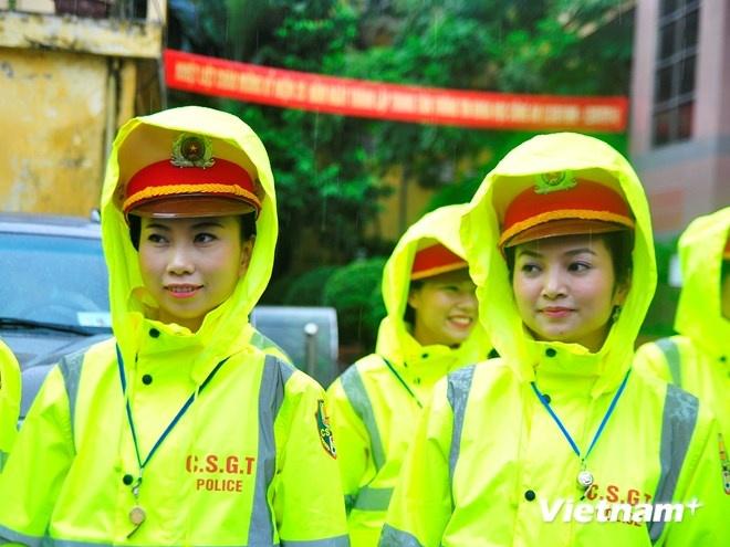Ao mua phan quang cua Canh sat giao thong Ha Noi hinh anh 6 Cơn mưa có vẻ không gây ảnh hưởng nhiều nhờ có bộ trang phục mới.