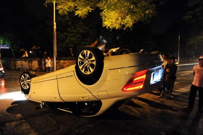 Mercedes C250 moi tinh lat ngua giua dem hinh anh