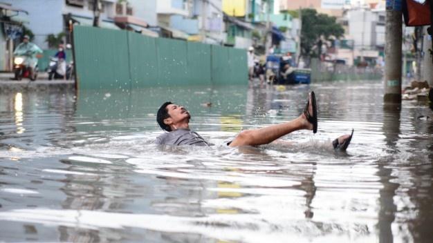 Rang chiu ngap ba thang nua hinh anh 1 Một người dân ngã khi qua đường Tân Hóa ngập nước chiều 1/10.