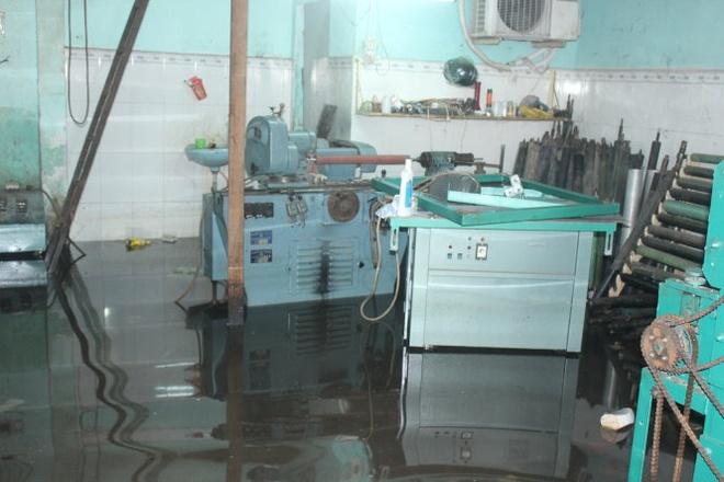 Rang chiu ngap ba thang nua hinh anh 2 Sáng 2-10, máy móc của cơ sở cơ khí Lập Vinh ở đường Chiến Lược (quận Bình Tân, TP.HCM) vẫn còn ngập trong nước.