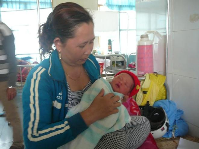 Phat hien be so sinh bo roi tim tai chua can ron hinh anh 1 Đứa bé được người phụ nữ chăm sóc tại bệnh viện.
