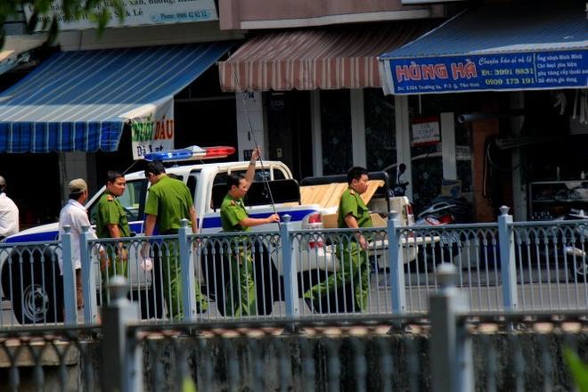 Cach nao bao ve ca kenh Nhieu Loc? hinh anh 1 Công an tịch thu phương tiện của người câu cá bên bờ kênh Nhiêu Lộc.