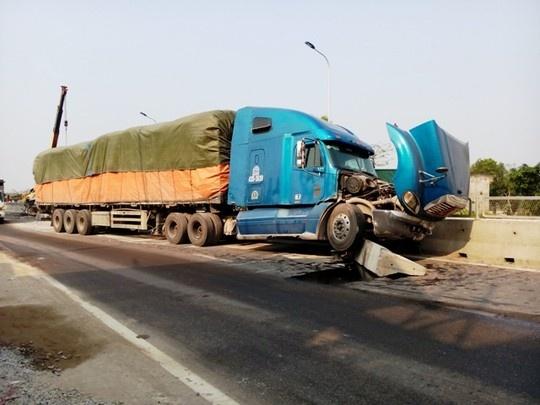 Xe tai hang nang 'cay nat' dai phan cach, lop rung toi ta hinh anh 2 Tấm bê tông bị xe tải húc văng ra khiến xe container đi ngược chiều gặp nạn.