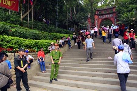 Le hoi Den Hung: Chang luoi B40 de chong di tat hinh anh 1 Toàn bộ khu di tích có 4 đền, 1 chùa và 1 lăng hài hòa trong cảnh thiên nhiên hùng vĩ, đầy khí thiêng sông núi.