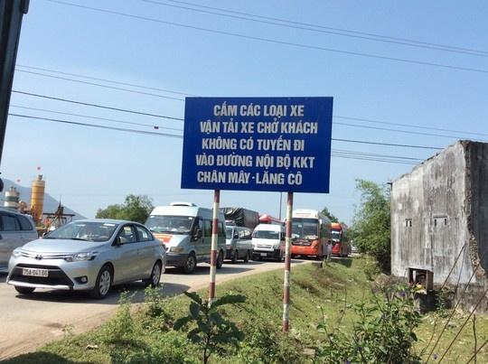 Nhiều xe chen chúc qua lại trên Quốc lộ 1 đoạn qua xã Lộc Tiến, huyện Phú Lộc.