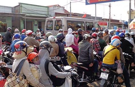 27 nguoi chet moi ngay trong dot nghi le hinh anh 1 Từ 17 giờ ngày 3-5, khách từ Nhơn Trạch đổ về bến phà Cát Lái đông dần lên để qua quận 2, TP.HCM.
