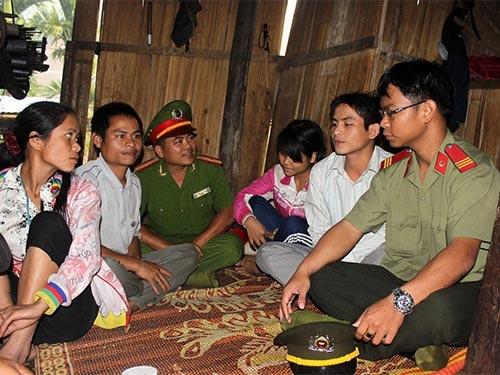 Công an huyện Sơn Tây vận động, tuyên truyền cho người dân thôn Đăk Lang, xã Sơn Dung ngăn chặn tình trạng tự tử bằng lá ngón.