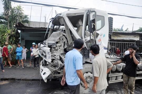 Xe container keo oto tai cho xi mang 'bay' qua quoc lo hinh anh 1 Chiếc xe tải bị xe container tông và và kéo lao sang bên làn đường ngược lại.