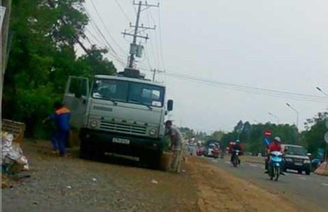 """Chiếc xe bồn 57H-6141 giao hàng tại cây xăng dầu Gia Canh (huyện Định Quán) sau khi """"rút ruột"""" ba can nhựa loại 30 lít."""