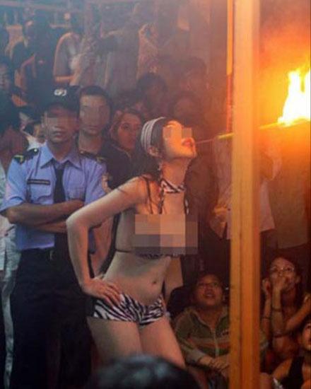 """Truy tim nguon goc dam ma… sexy hinh anh 2  Người đồng tính """"biểu diễn"""" ở một đám tang tại TP HCM."""