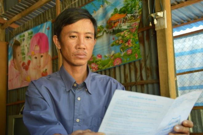 Bi danh gay mui vi nghi trom tien cua cong an huyen hinh anh 1 Anh Lộc bên hồ sơ bệnh án của mình sau khi bị các công an xã đánh.