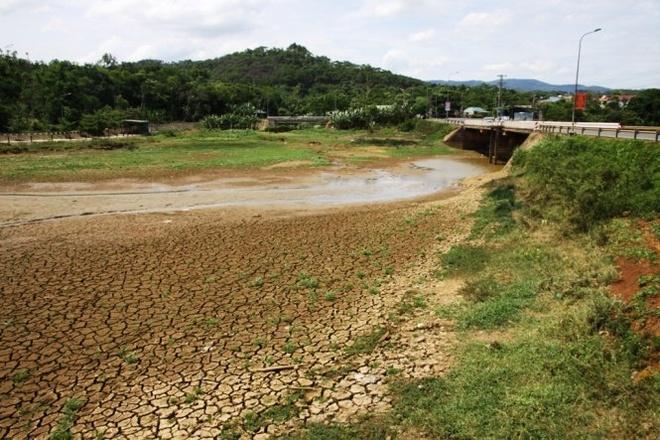 Quang Tri han nang, dan mua nuoc gieng 120.000 dong/m3 hinh anh 2 Nắng hạn liên tục gần 3 tháng, hồ Khe Sanh (Hướng Hóa, Quảng Trị) cạn trơ đáy, nứt nẻ .